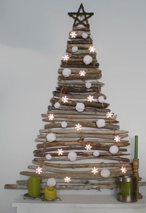 Ну и, конечно, экостиль - это и новогодние елки из других натуральных материалов - плоская елка из деревяшек на стене