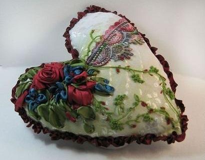 Вот такие сердечки и елочки – самая популярная классика елочных игрушек из ткани