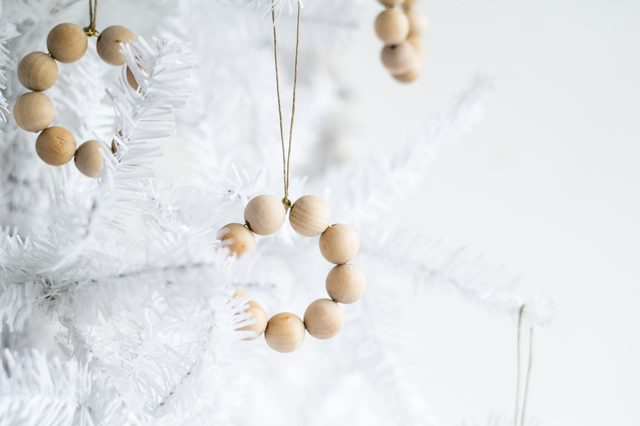 Деревянные елочные игрушки из прищепок, шариков и палочек - поделочных и от мороженого: кольцо-венок из шариков