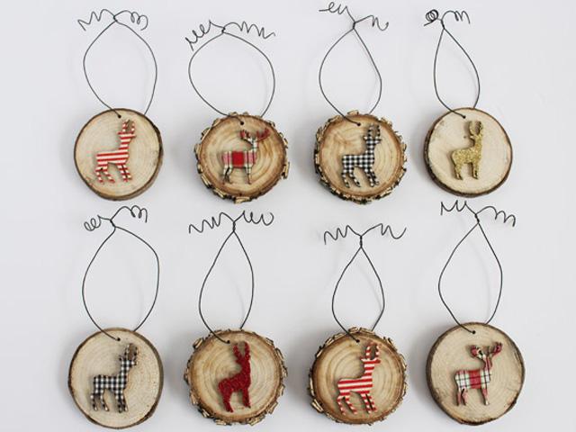 Наклеивание контуров фигурок из фанеры на диски, напиленные из веток деревьев
