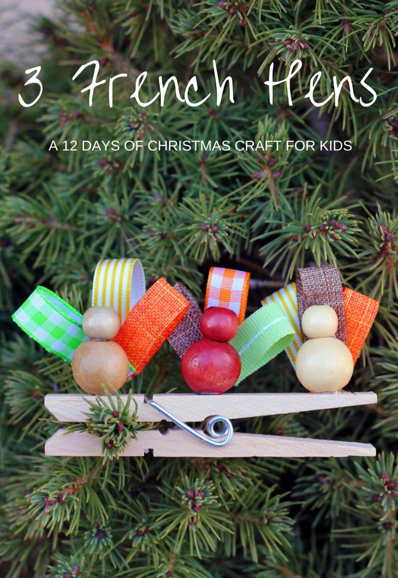 Деревянные елочные игрушки из прищепок, шариков и палочек - поделочных и от мороженого: 3 французские курочки