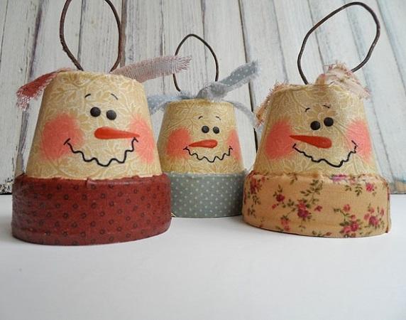 Елочные игрушки своими руками: атмосферные миниатюрные цветочные горшки, оклеенные бумагой для скрапбукинга с принтами под винтажные обои, и с нарисованными рожицами