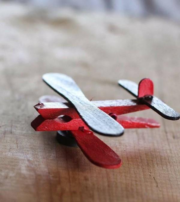 Деревянные елочные игрушки из прищепок, шариков и палочек - поделочных и от мороженого: самолетик