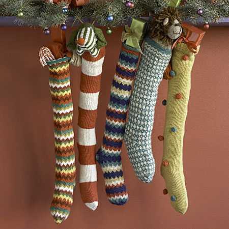 Вязаные спицами или крючком елочные игрушки. Пародийные новогодние/рождественские носки для камина.