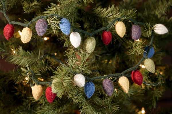 Обвязанная светящаяся гирлянда на новогодней елке