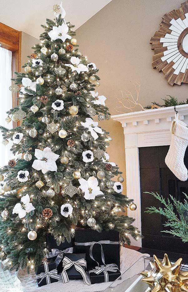 Многие знаю еще с детства, что белый цвет очень нарядный. Но не все вспомнят об этом применительно к новогодней елке.