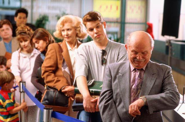 недовольная очередь, проходящая проверку в аэропорту