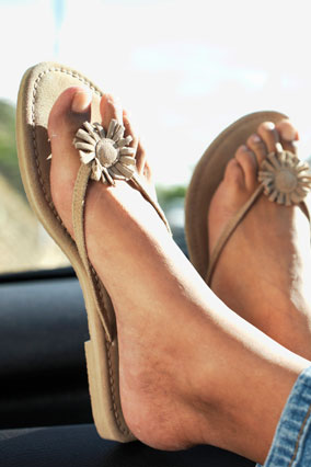 Шлепки (а также слишком открытые сандалии)