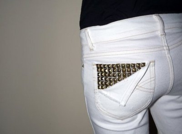 заклепки на кармане джинсов