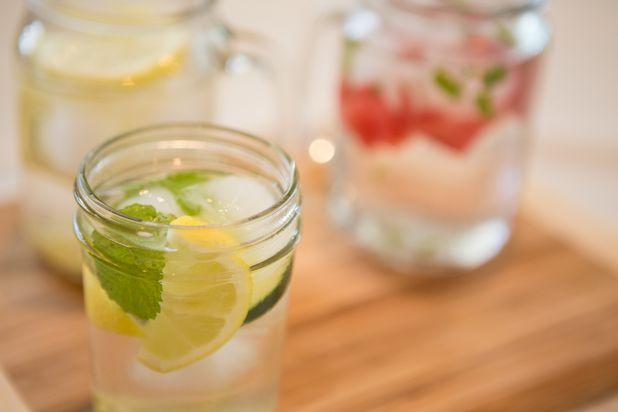 Как освежающие настойки из воды с фруктами и ягодами помогут вашему здоровью