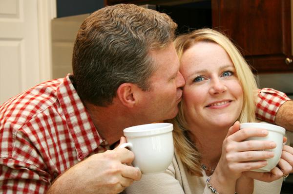 счастливая пара в возрасте за чаем поцелуй в щеку