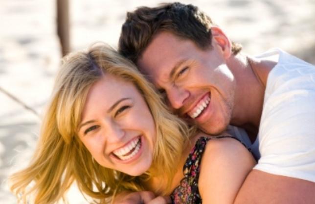 счастливая молодая пара дурачится