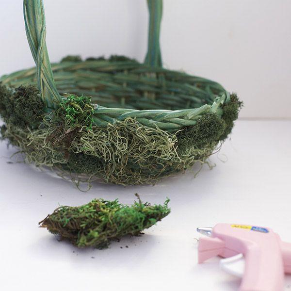 приклеиваем искусственный мох к плетеной корзинке
