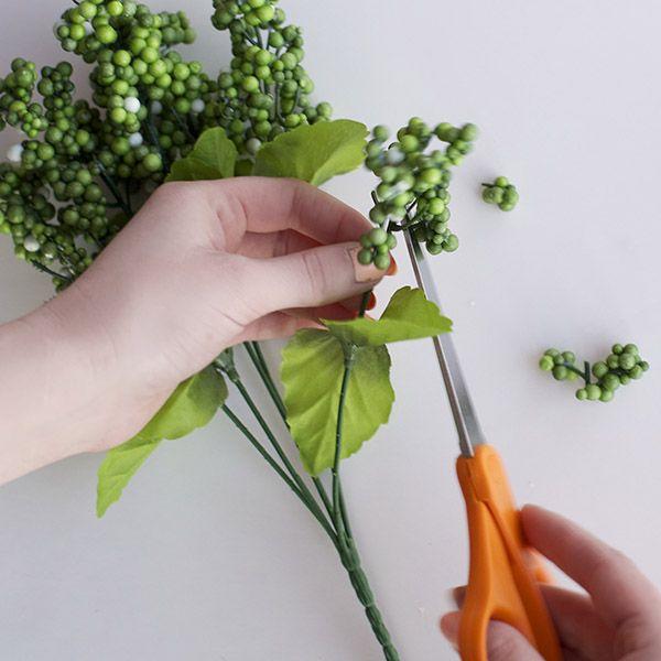 нарезаем ягод для корзины с искусственной ветки