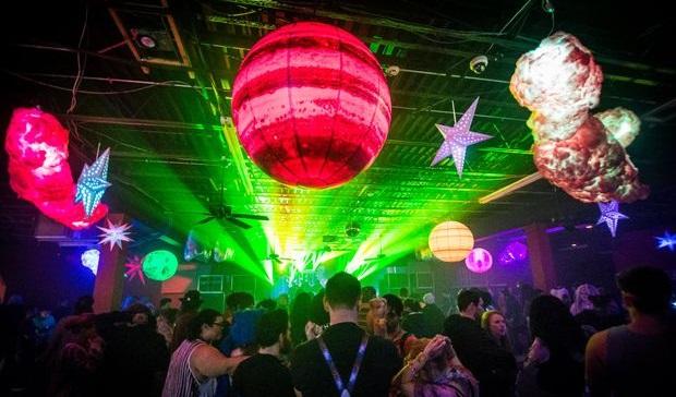 готовые светящиеся облака в клубе во время вечеринки