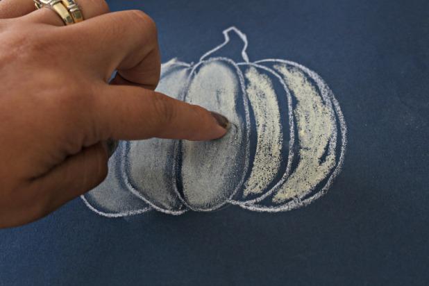 Растушуйте пастель, втирая ее в бумагу или загрунтованный холст
