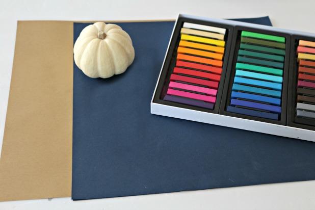 исходные материалы и инструменты для рисования тыквы пастелью