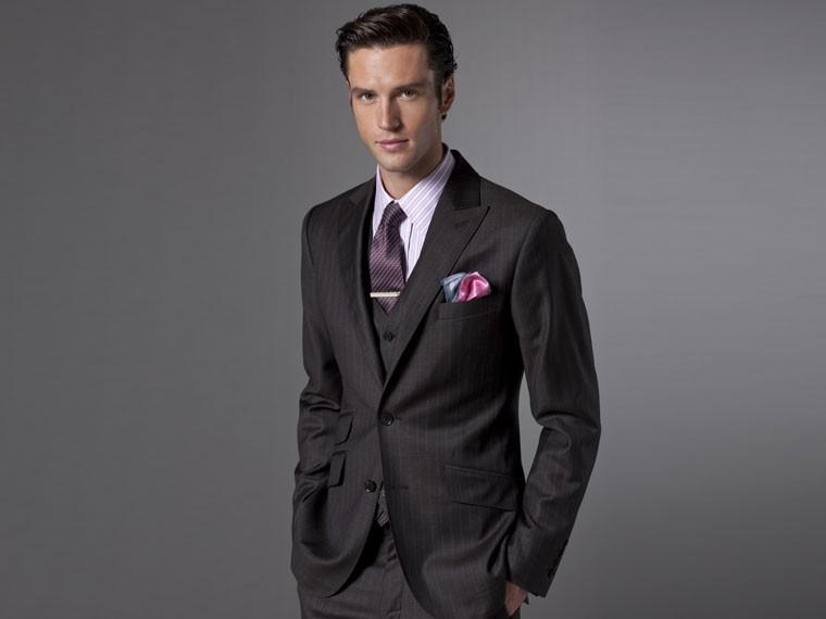 неправильное использование зажима для галстука и платка для мужского костюма одновременно