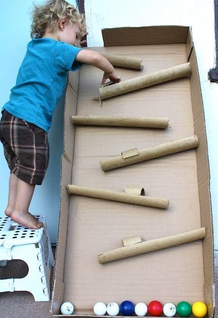 вертикальный «лабиринт» для шаров, когда они скатываются по желобкам