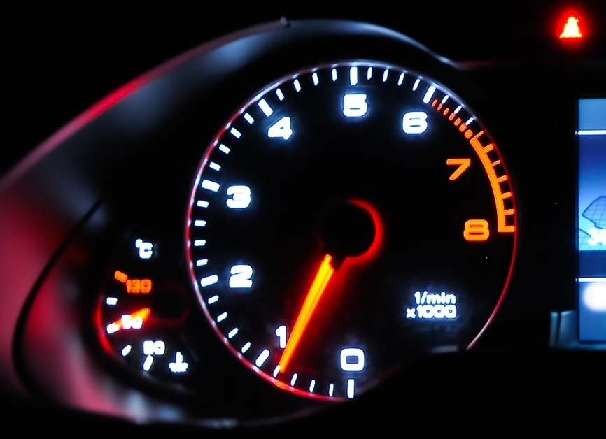 спидометр в темноте светится низкая скорость