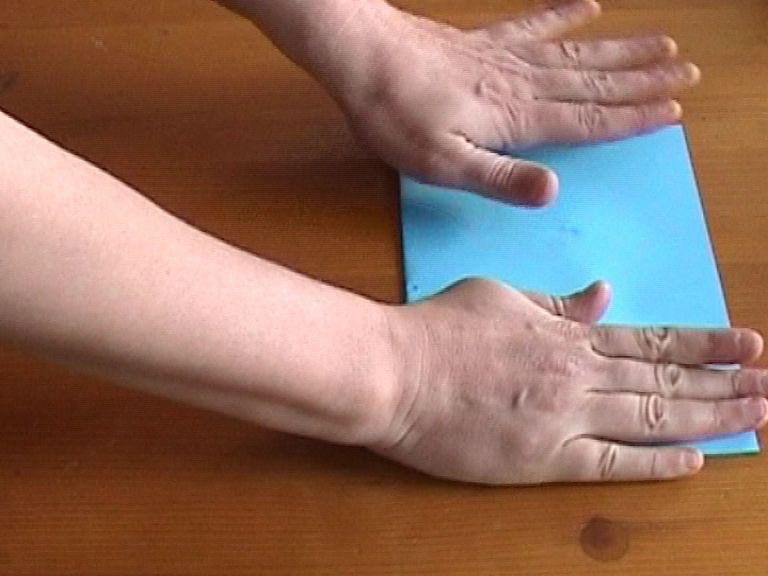 Приклеиваем половинку одновременно и к правой половине нижней снежинки, и к левой, складывая открытку и хорошенько прижимая ее руками