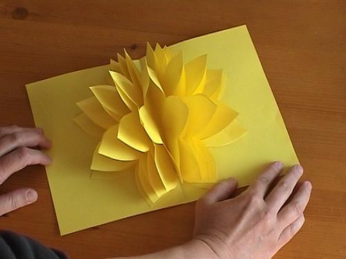 Тогда нарушится схема сетки, образовывающаяся, когда объемный цветок находится в раскрытом виде