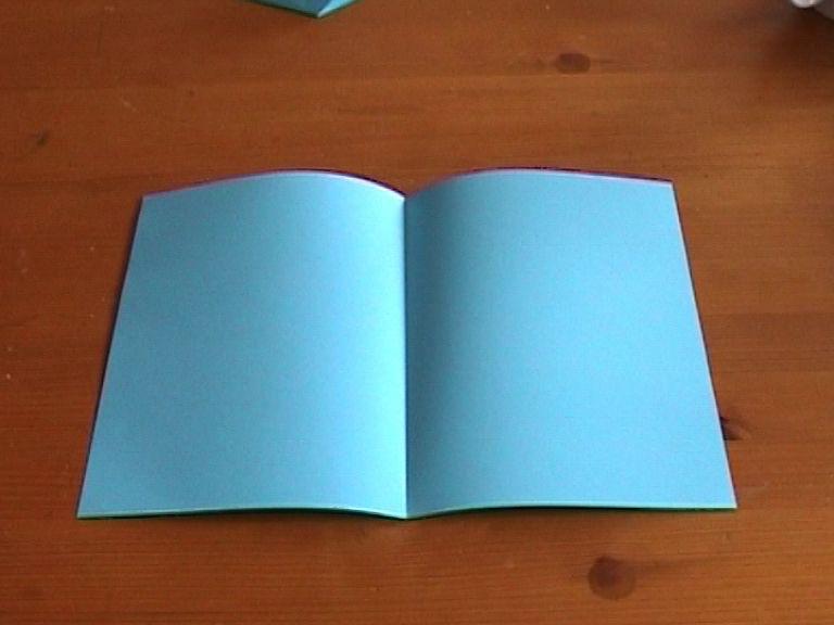 Берем выбранную основу открытки и складываем ее пополам поперек, тщательно и аккуратно выравнивая края