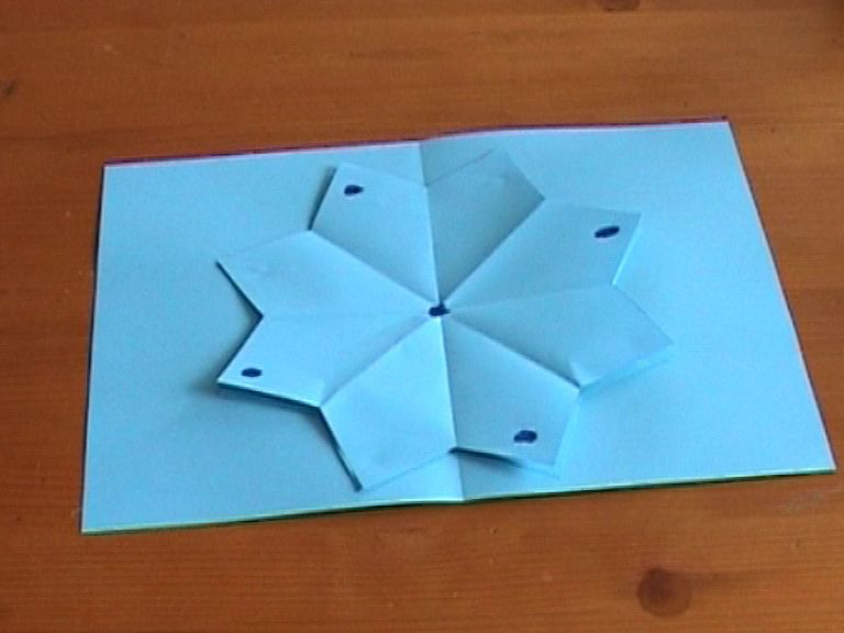 Второй цветок приклеен, и на нем на снимке, как вы можете видеть, опять проставлены новые точки. Расположение точек, заметьте, меняется, благодаря чему открытка потом и станет раскладушкой.