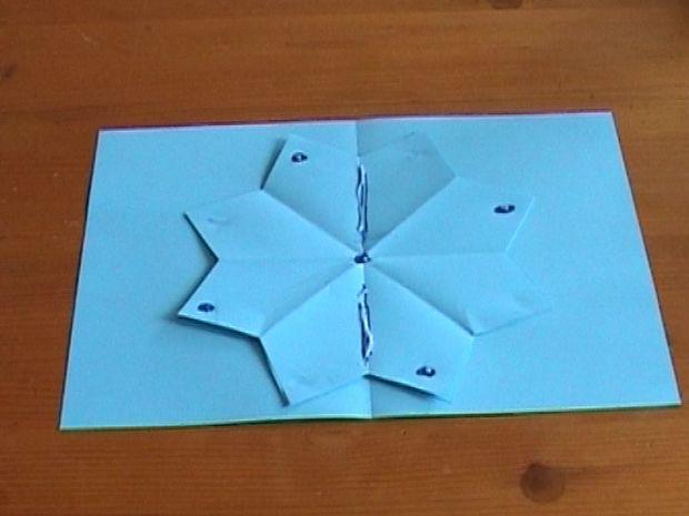 Теперь берем половинку снежники, и клей наносим уже не только на точки, показанные на снимке ниже, но и на линии