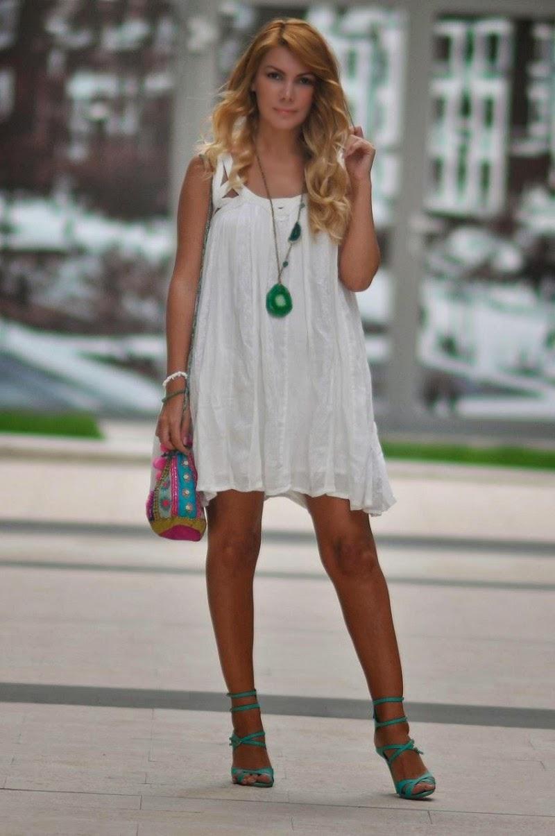 Яркое длинное ожерелье с белым платьем с кружевами