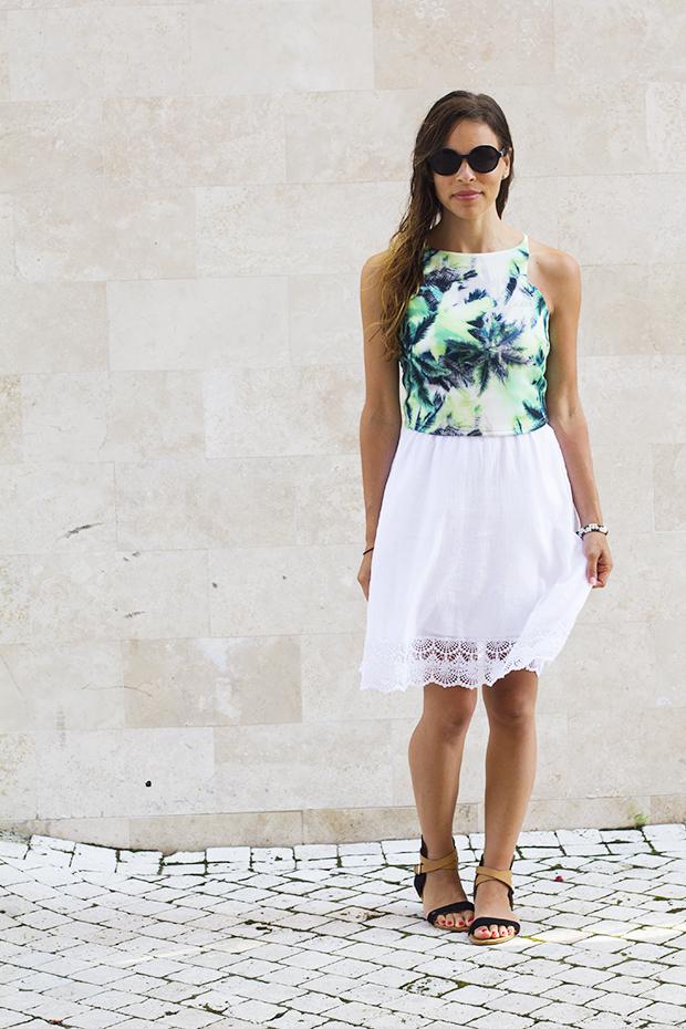 яркий топ с белым платьем с кружевами