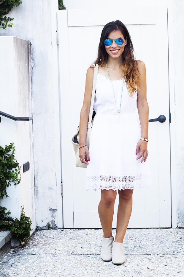 летние полуботинки с белым платьем с кружевами - мода в офис