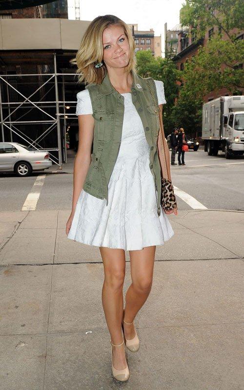 лето 2014 модное белое платье с кружевом с грубоватой простой безрукавкой