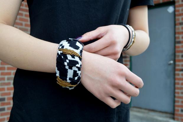 обтянутый тканью браслет с бусинами