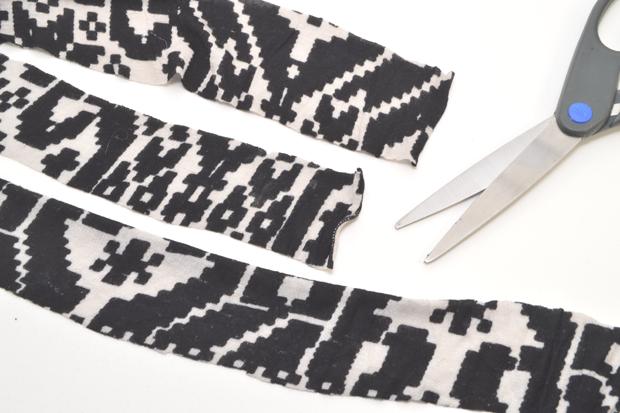 Нарежьте ткань на одинаковые полоски примерно по 3,8 см в ширину