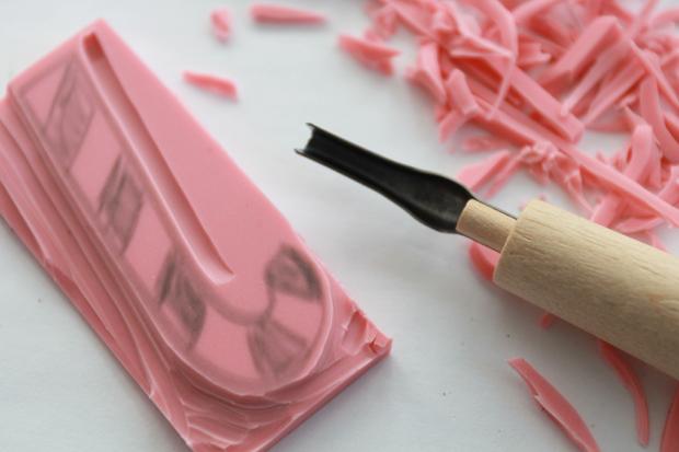 вырезаем из резину печать-конфету в виде трости Санта-Клауса: пошаговая инструкия в картинках