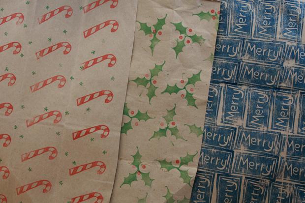 примеры расположения оттисков на праздничной упаковочной бумаге