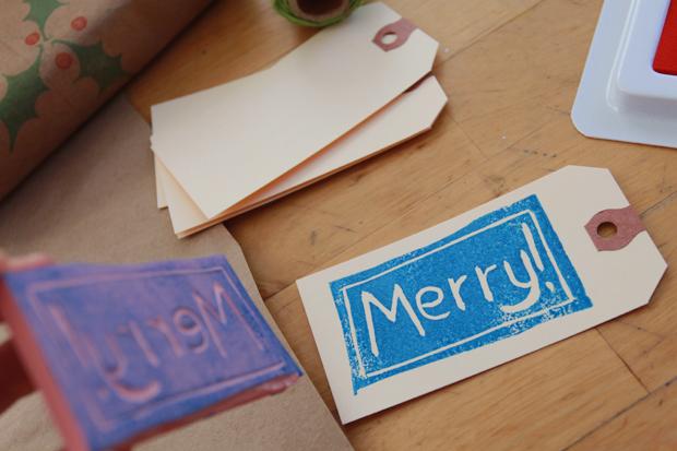 Не забывайте, что точно так же, как и упаковочную бумагу, штампами можно украсить ярлычки с подписями к подаркам