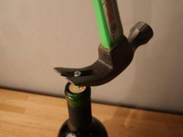 открыть бутылку вина без штопора: вытаскиваем раздвоенным столярным молотком винт с пробкой за шляпку