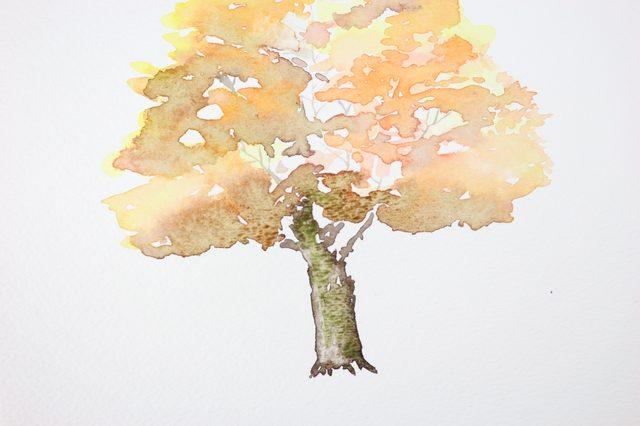 Кистью среднего размера вводим чуть-чуть этого зеленого на правую часть ствола и нижнюю часть листвы дерева
