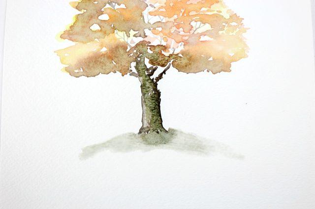 Оставшимся на кисти тем же оттенком зеленого рисуем землю вокруг дерева – подобие холмика в свободной манере