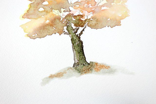 В смешанный на шаге 2 оранжевый оттенок опускаем опять среднюю по размеру кисть и промакивающим легкими движениями в произвольном порядке ставим следы на земле вокруг дерева. Это у нас будет опавшая листва.