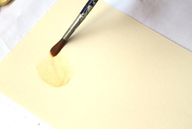 Рисуем крону очень тонким слоем оранжевой или желтой краски