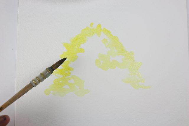 Окунаем самую крупную кисть в виндзорский желтый и рисуем свободные очертания кроны дерева