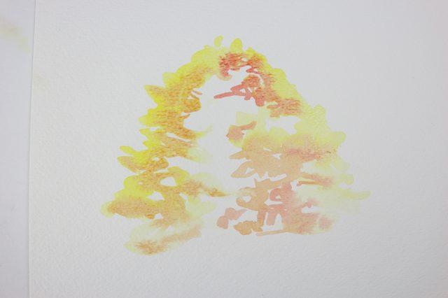 Пока краска на бумаге (уже нарисованная часть кроны) все еще влажная, обрисовываем новым оттенком внутренний край контура кроны и еще немного белой области в центр