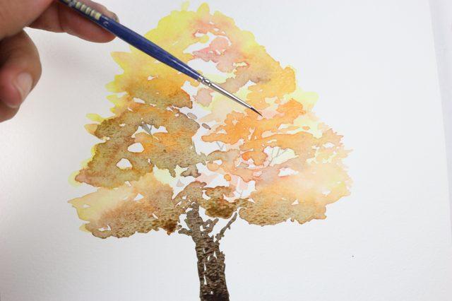 Самой тонкой кистью из трех тем же цветом, что и сам ствол, нарисуйте в кроне маленькие ветви – зарисовывая ими оставшиеся белые просветы в листве/кроне