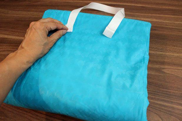 сложите одеяло в квадрат, примерьте ручки