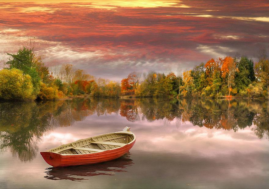 осень: лодка на озере яркие деревья
