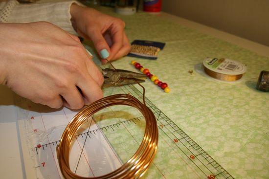 От толстой медной проволоки (2,7 мм) отрежьте измеренную длину плюс пару сантиметров
