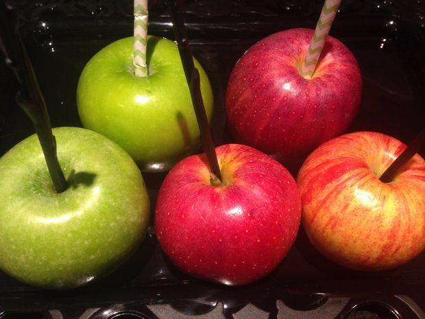 Удаляем черенки яблок и вставляем в них сверху любые чистые жесткие палочки среднего диаметра, что удастся найти